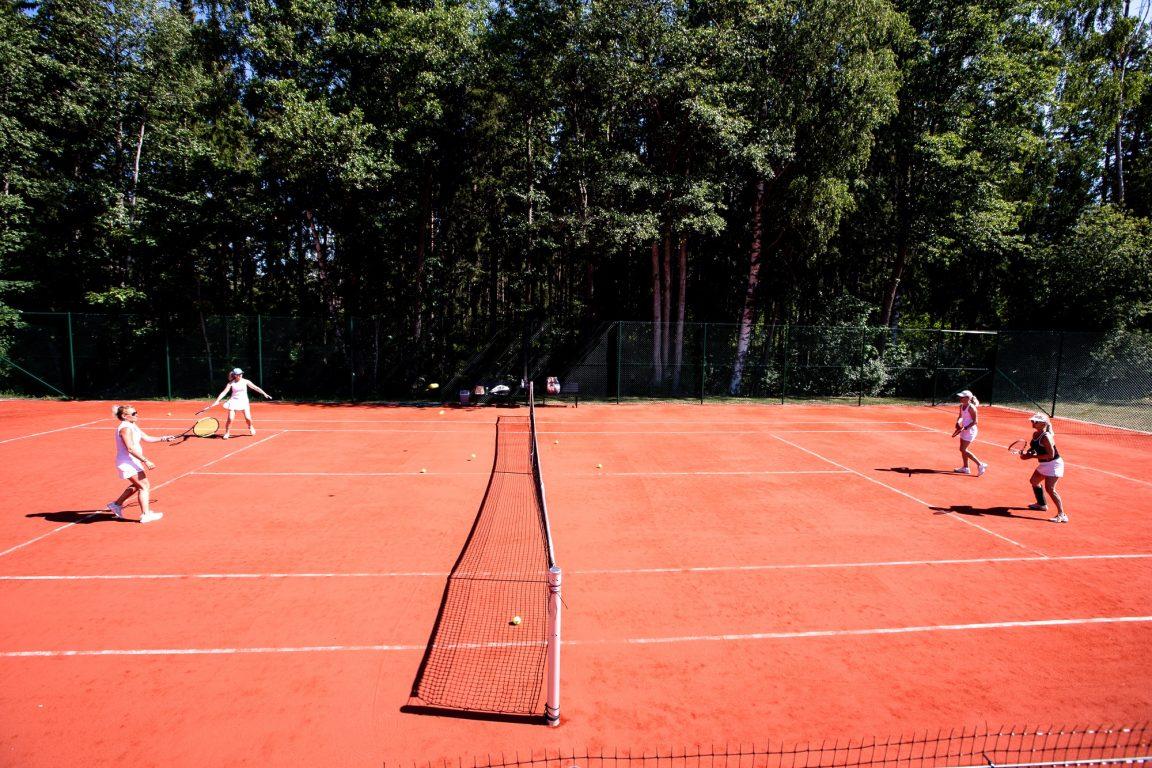 Kaksi tasokasta tenniskenttää kansallispuiston vieressä.Padl