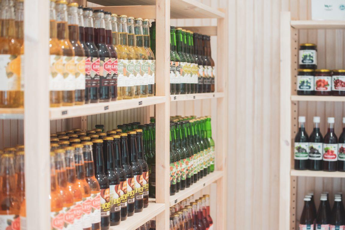 Lepolan siideripuoti ja myymälän valikoimaa, Lepola Drinks siidereitä, limonadeja sekä Meritalon mehuja ja hilloja