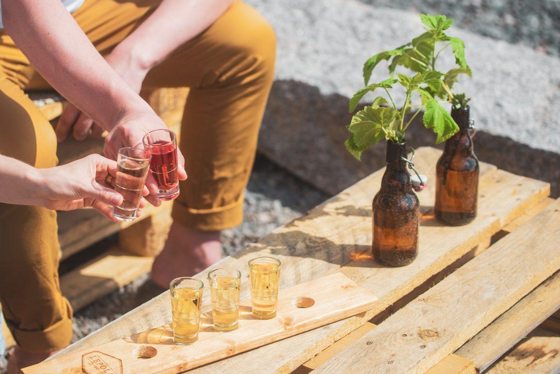 Lepola Drinks tastinglauta, aidot siiderit ja hunajaviinit maistelulaudalla